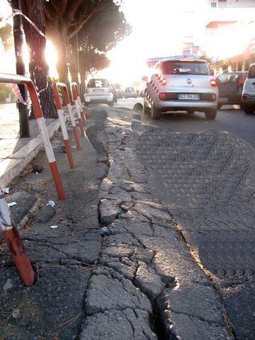 Asfalto dissestato: protestano i residenti nell'area del centro commerciale Maiorca di Santa Marinella