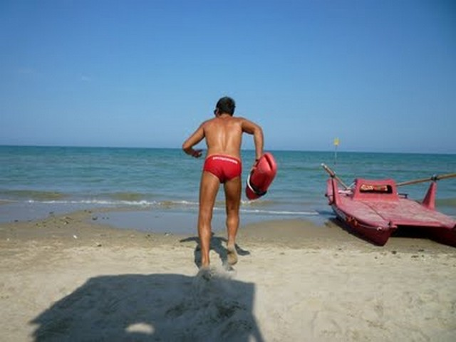 Donna rischia di annegare a Marina Velka: salvata da due bagnini