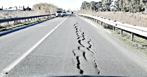 Il manto stradale sta cedendo rapidamente, è allarme sicurezza in via delle Idrovore