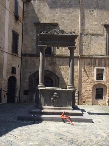 Tarquinia, concluso il posizionamento del pozzo Vipereschi in piazza Soderini