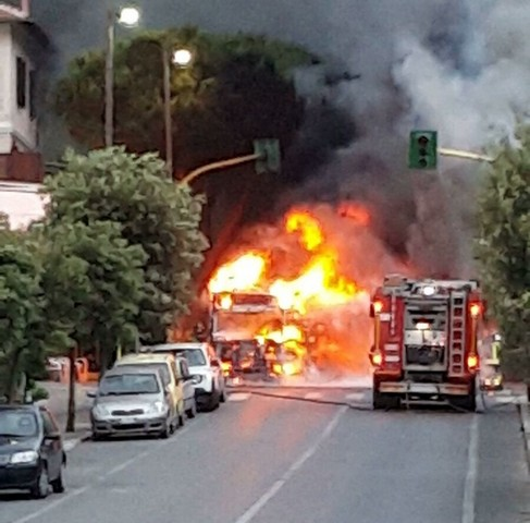 Camion di frutta a fuoco: paura a Santa Marinella