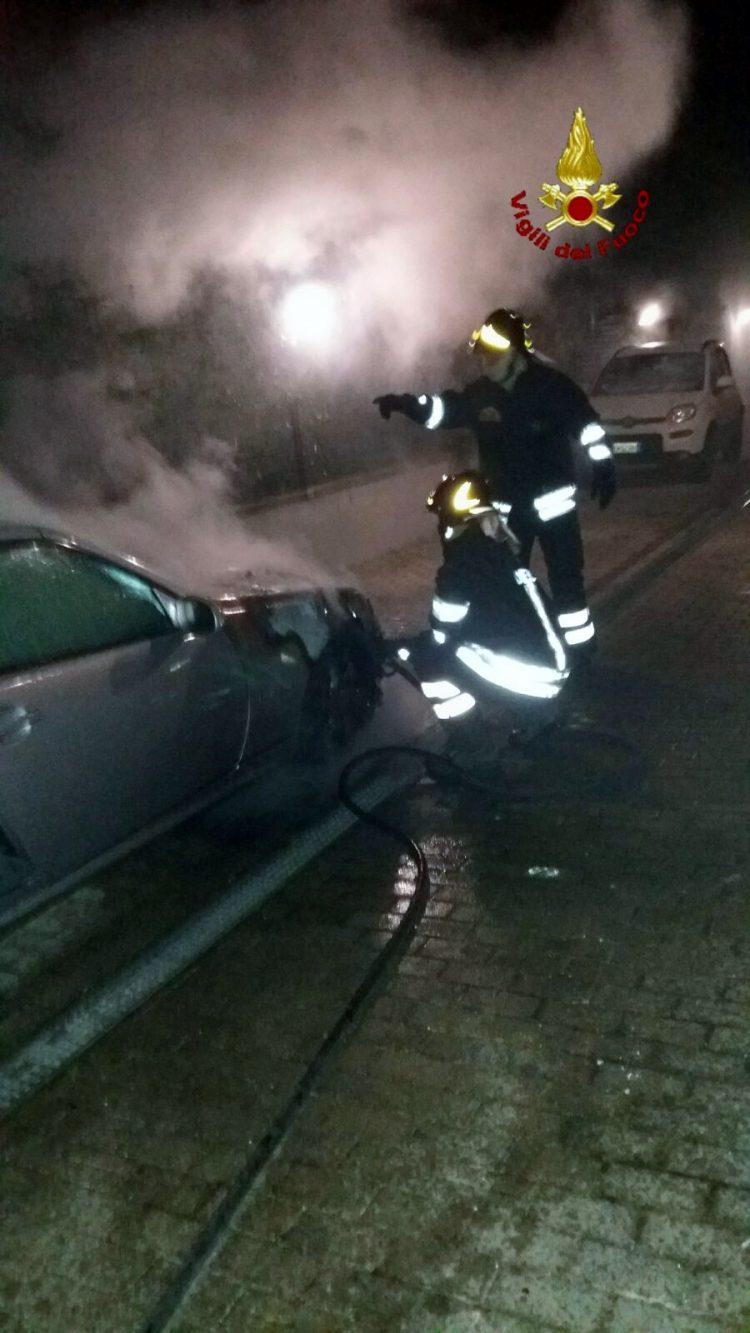 Auto in fiamme a Santa Marinella: intervento dei Vigili del fuoco
