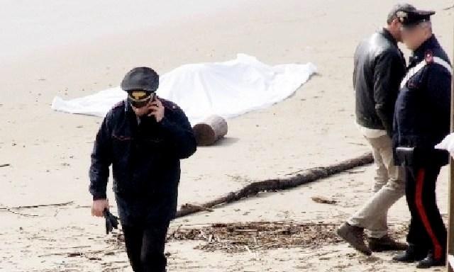 Cadavere in spiaggia, s'ipotizza l'omicidio
