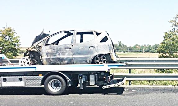 Auto in fiamme sull'autostrada