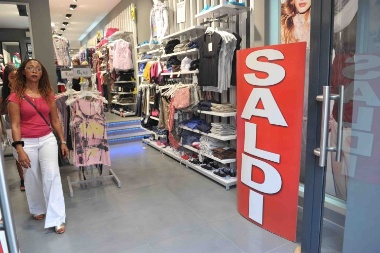 Saldi, i negozi non fanno affari