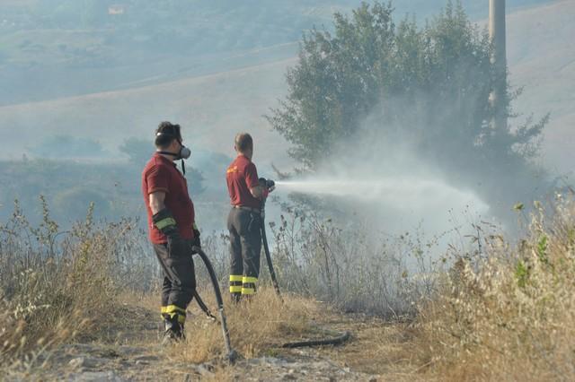 Vasto incendio di sterpaglie a Zampa d'Agnello