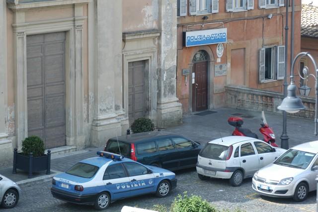 Tarquinia, 59enne intrappolato in casa: salvato dalla Polizia e denunciato per possesso abusivo di armi