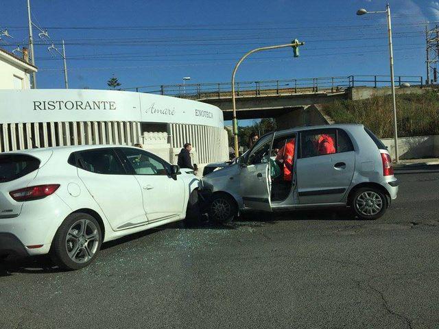 Scontro tra due auto sull'Aurelia:  traffico in tilt