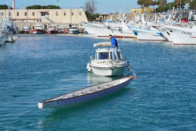 Barca capovolta nel porto: due persone al pronto soccorso