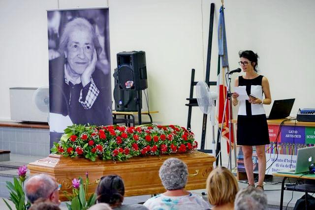 In tanti per l'ultimo saluto a Nanda Bramucci
