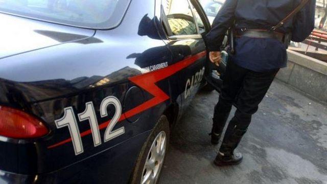 Svaligiarono un distributore di sigarette: un arresto e due denunce