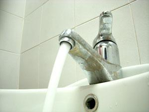 Acqua ancora non potabile, si infiamma la polemica