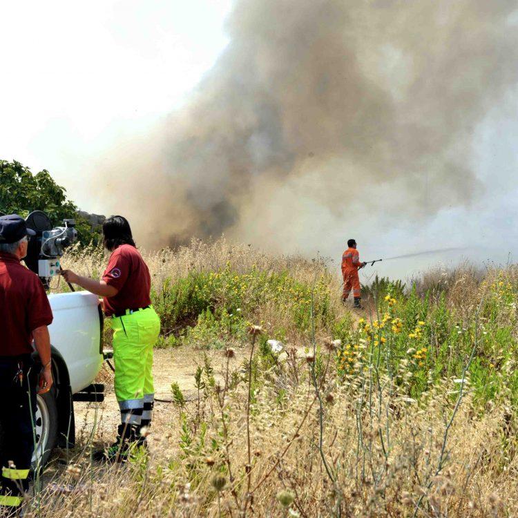 Vasto incendio a via delle Vigne