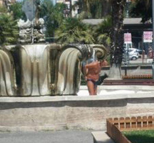 Doccia in fontana al centro di Ladispoli