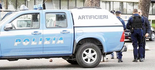 Auto abbandonata nel parcheggio: arrivano gli artificieri