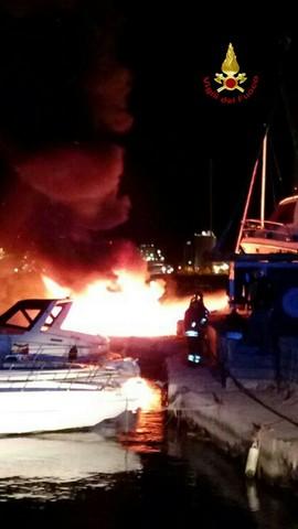 Incendio in un cantiere navale: distrutte due barche