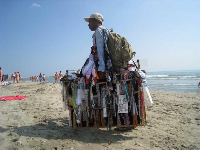 Montalto, commercio abusivo in spiaggia: in azione Finanza e Vigili urbani