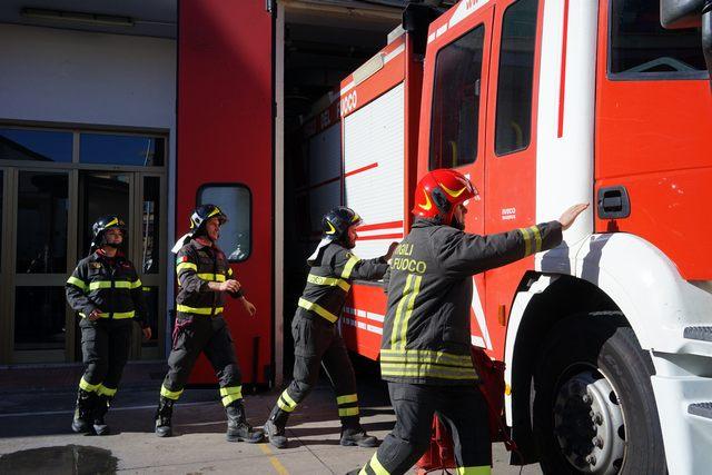 Auto in fiamme: intervento dei Vigili del fuoco