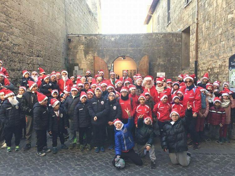 Centro storico di Tarquinia colorato di rosso: grande successo della corsa dei Babbi Natale