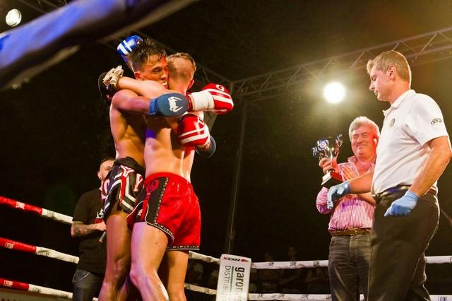 Extreme Muay Thai riempie Allumiere