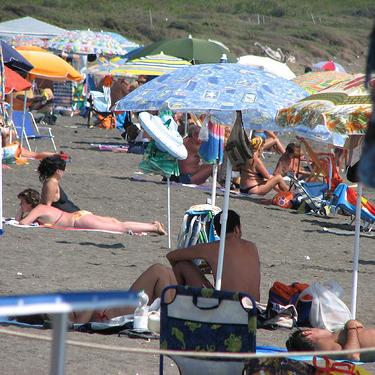 Trecce in spiaggia: due arresti per estorsione