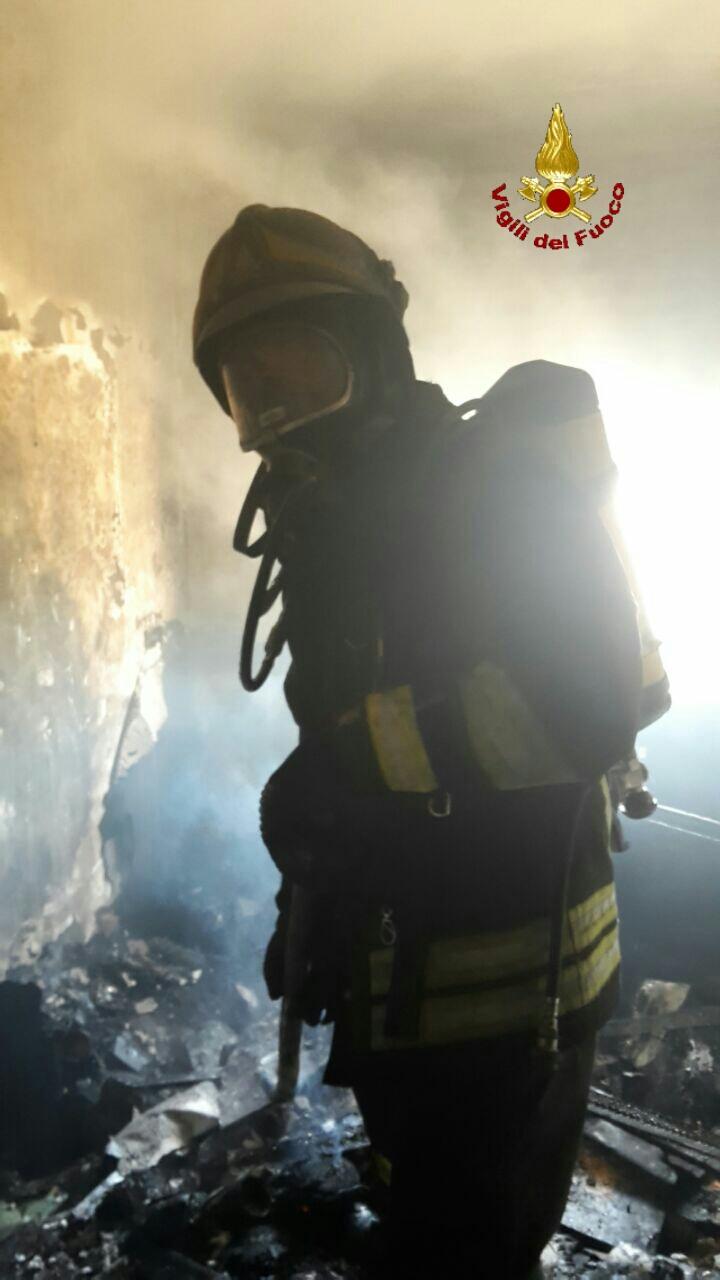 Incendio in un'abitazione a Ladispoli: leggermente ustionato un uomo