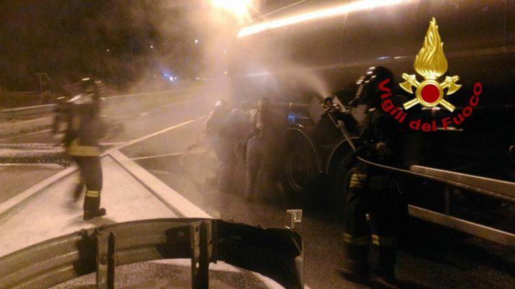 Fuoriuscita di acido cloridrico: notte di lavoro per i pompieri