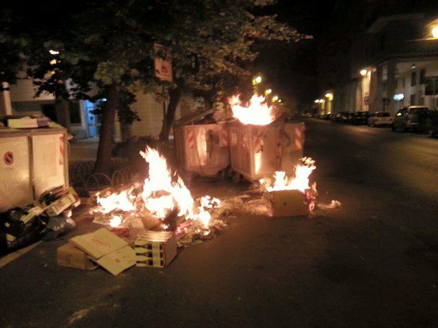 Capodanno dai cassonetti in fiamme