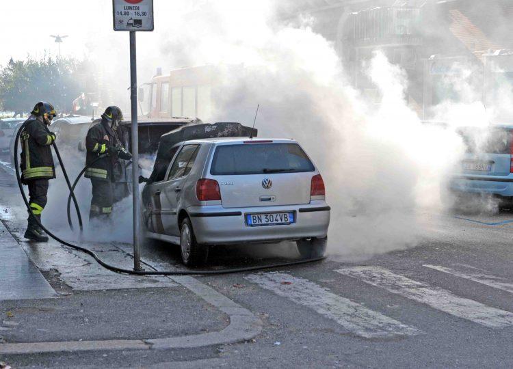 Incendio in via Cialdi, a fuoco due auto