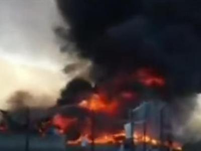 Aereo da turismo precipita su un centro commerciale: il video della tragedia