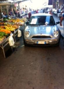 Civitavecchia. Auto parcheggiata in pieno mercato: caos tra operatori e clienti