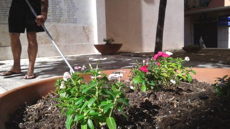 """Monumento di via Mazzini: """"fai da te"""" del comitato 14 Maggio per la pulizia dell'area"""