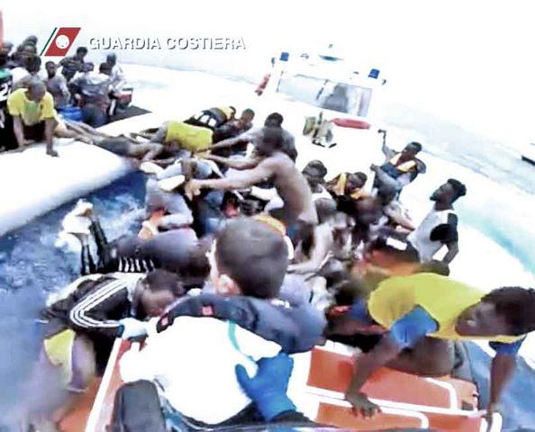 Cade in mare, salvo grazie alla Guardia Costiera