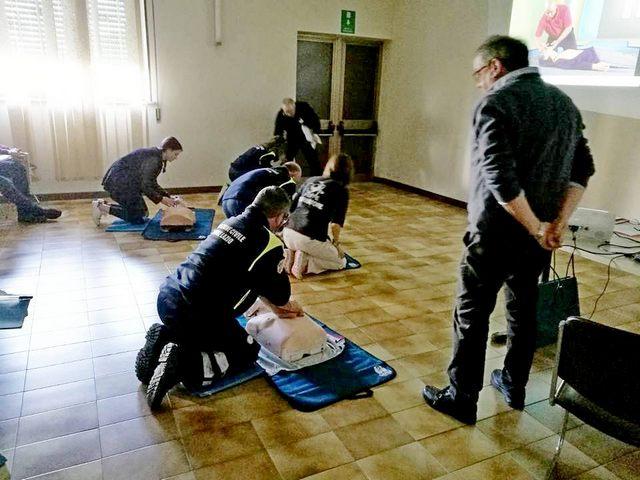 I volontari della ProCiv a lezione di primo soccorso e uso del defibrillatore