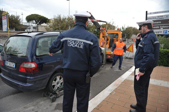 La Polizia locale dichiara guerra ai parcheggi abusivi alle fermate del Tpl