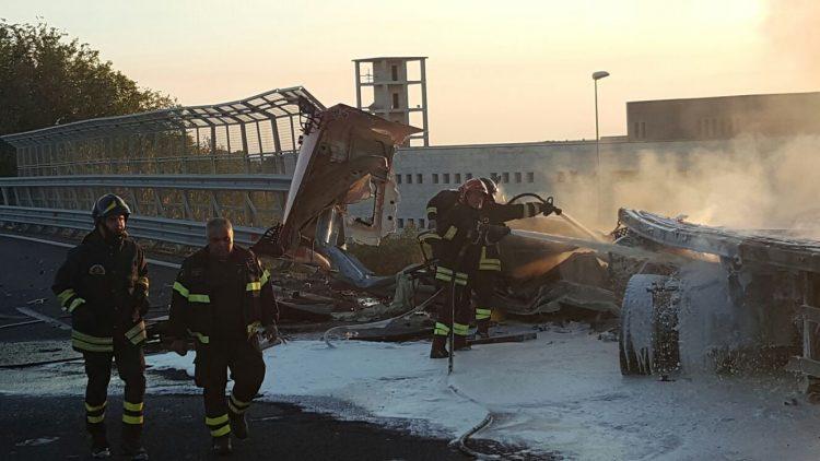Superstrada, tir tampona due auto e si incendia: un morto
