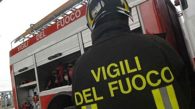 Prende fuoco un deposito all'aperto: sospetto di rifiuti tossici