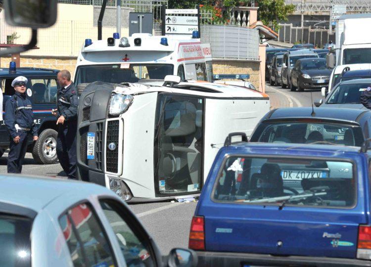 Fiat Doblò si ribalta sull'Aurelia