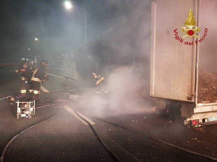 Tarquinia, tir di rifiuti in fiamme sull'autostrada: intervento dei Vigili del fuoco