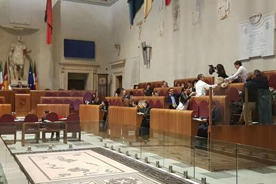 Rifiuti, protesta Pd: sacchetti di spazzatura in aula Campidoglio