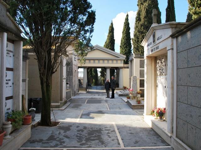 Razzia di oggetti al cimitero: cittadini esasperati