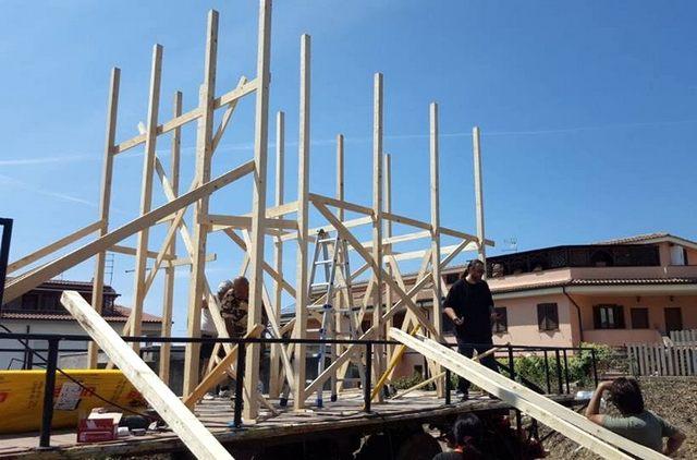 Il Rione Valdambrini al lavoro per completare il carro allegorico