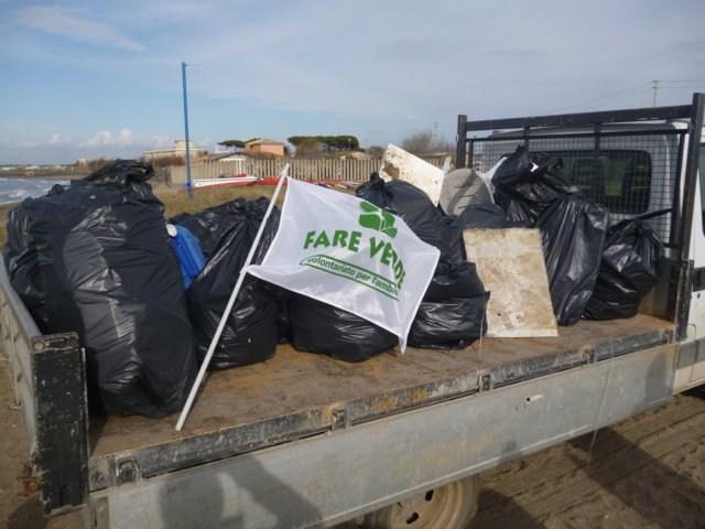 I volontari di Fare Verde puliscono la spiaggia delle Saline