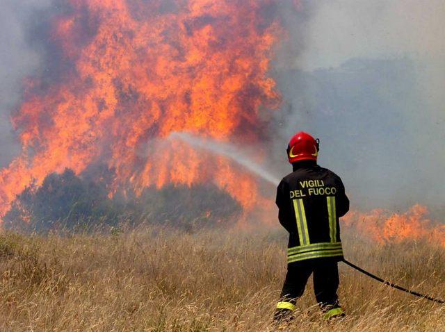 Santa Marinella, vasto incendio alla Perazzeta: intervento dei Vigili del fuoco