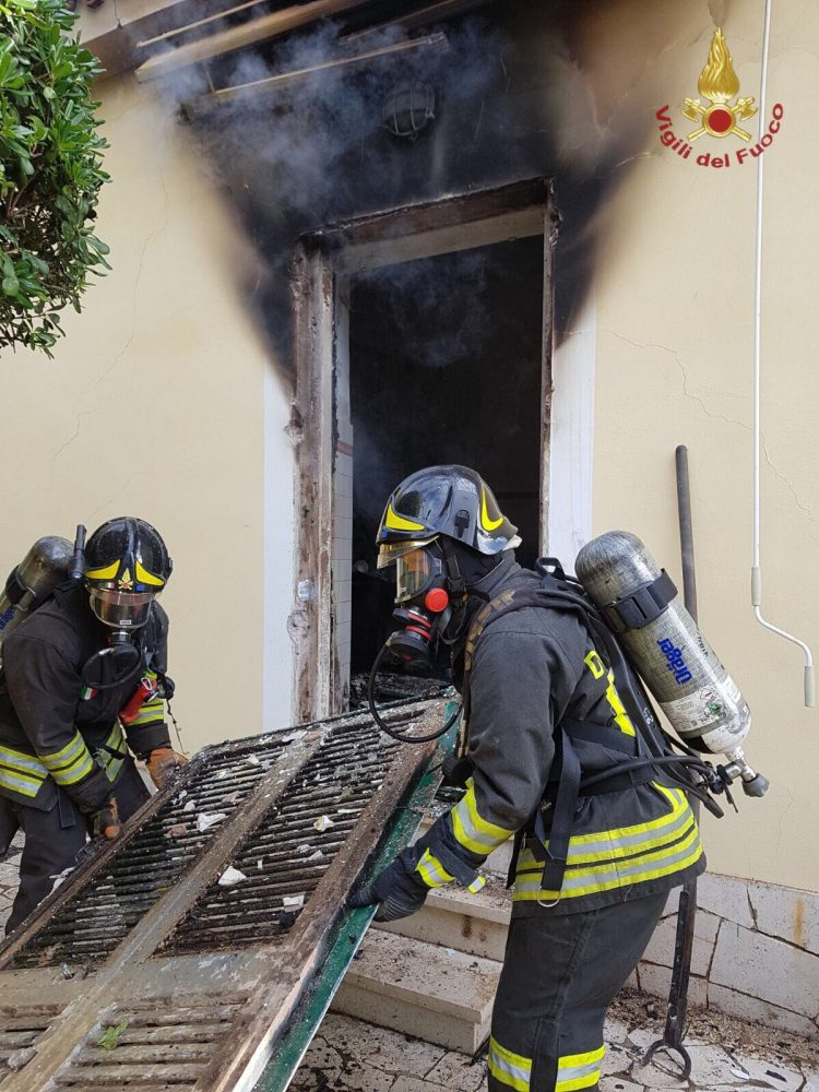 Villa in fiamme a Santa Marinella: intervento dei Vigili del fuoco