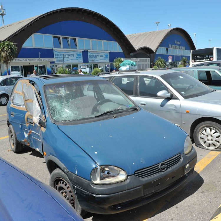 Auto abbandonate in porto
