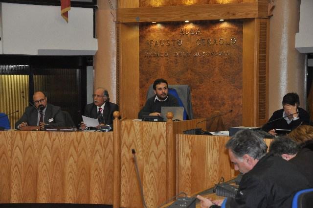 Ladispoli, uomo si incatena durante il consiglio comunale