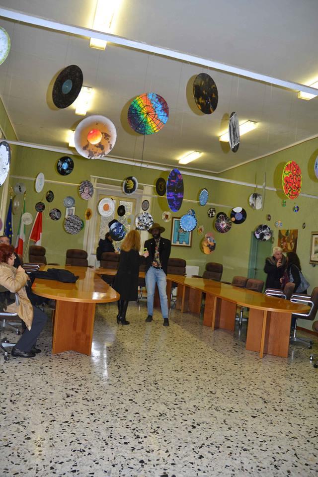 Simona Sarti incanta il pubblico con la mostra ''Arte come linguaggio universale''
