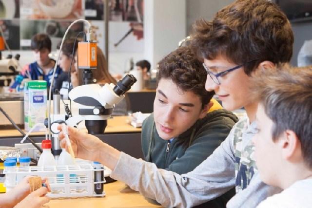 Gli alunni si avvicinano alla scienza
