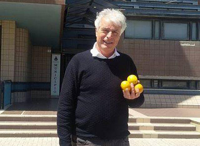 Ladispoli: il dirigente scolastico porta le arance marce al Sindaco